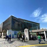 JR原宿駅新駅舎と新緑の明治神宮参拝