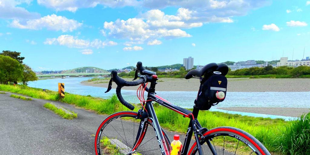 多摩川とロードバイク