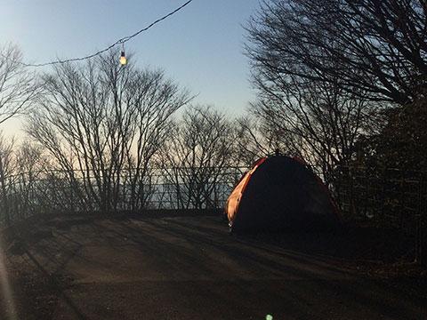山頂でテント泊する人